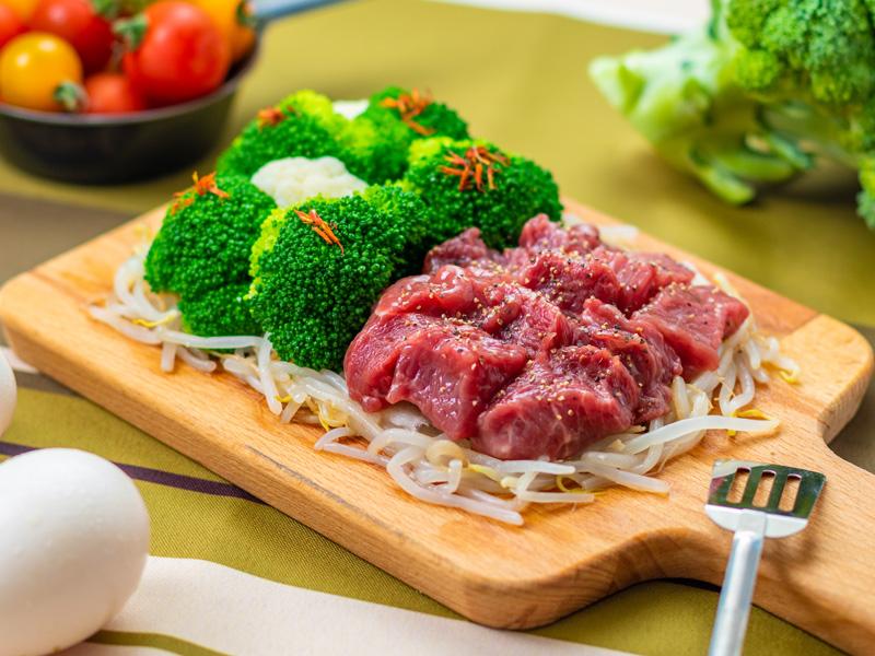牛肉もも部位『シンタマ』ステーキ&茹で上げブロッコリーの写真