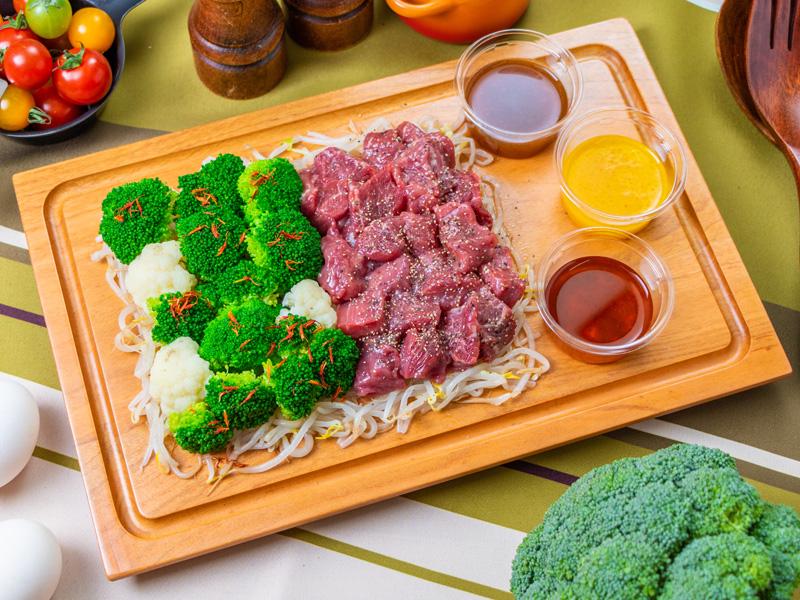 牛肉もも部位『シンタマ』ステーキ&茹で上げブロッコリー ミドルサイズの写真