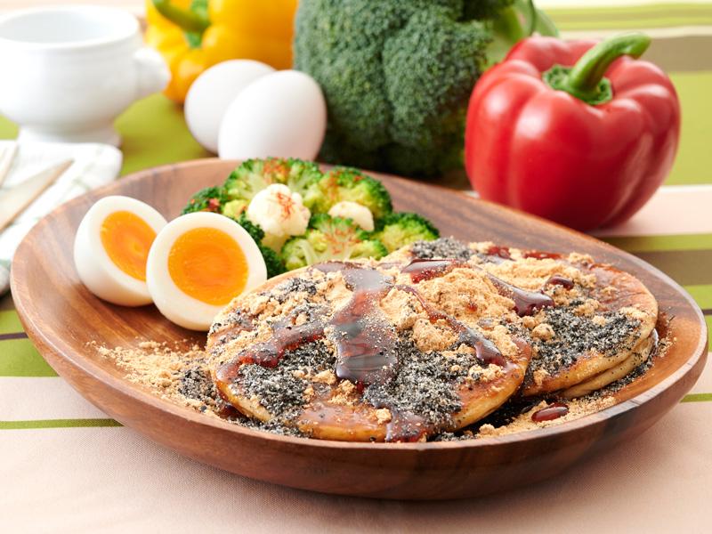 黒蜜きな粉プロテインパンケーキ&ゆで卵の写真